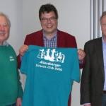 1. Vorsitzender Hartmut Täufer überreichte im Beisein von Bürgermeister Bernhard Böckeler ein ASC-Shirt an Großmeister Klaus Bischoff
