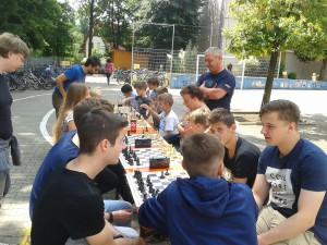 Zwar zu alt für die Grundschule, aber natürlich nicht für Schach: Diese Elftklässler haben im Rahmen ihres P-Seminars den Kindern einige physikalische Zaubertricks gezeigt.