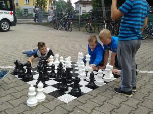 Unser Rasenschach - heute aber nicht auf dem Rasen - lädt schon von Weitem zum Schachspielen ein.